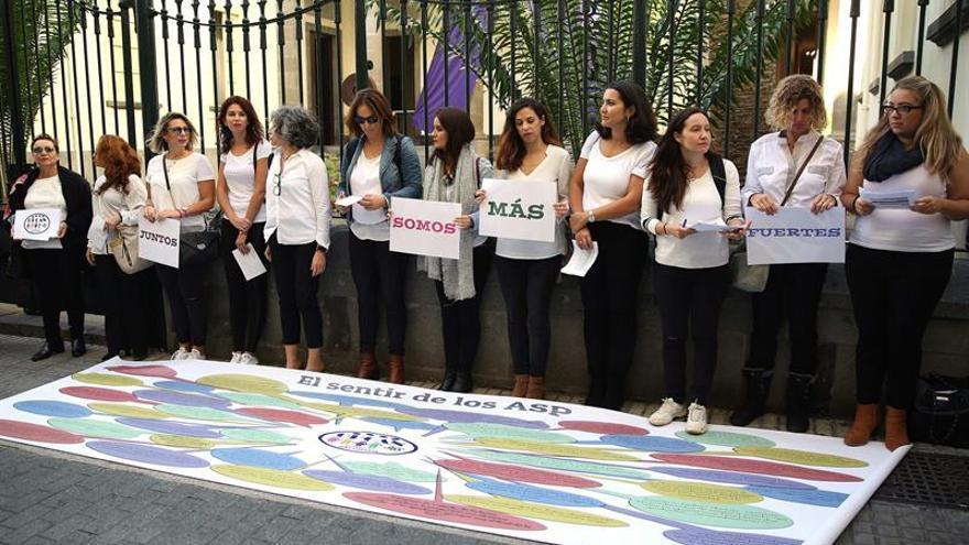 El colectivo de Opositores y Profesores de Canarias-OPCAN reivindica sus derechos en un acto fuera de la sede del Parlamento de Canarias