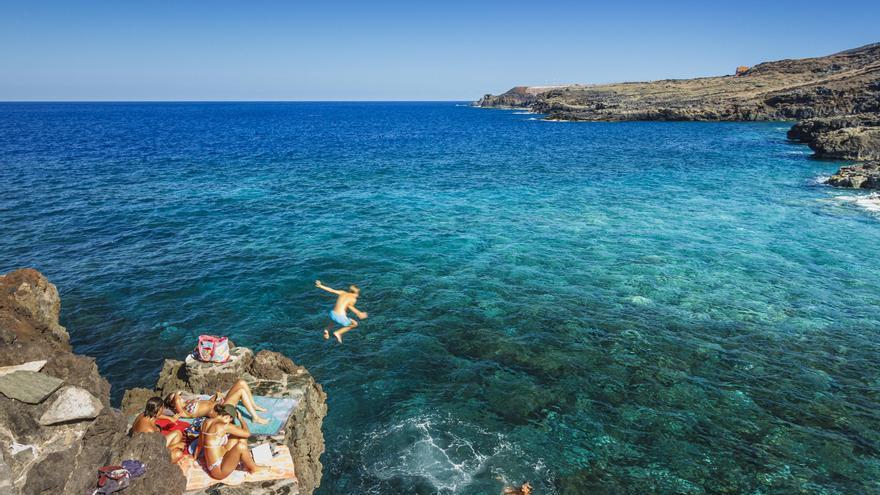 El Hierro reabrirá sus zonas de baño y centros turísticos con controles de aforo y restricciones tras dar por controlados los brotes en la isla