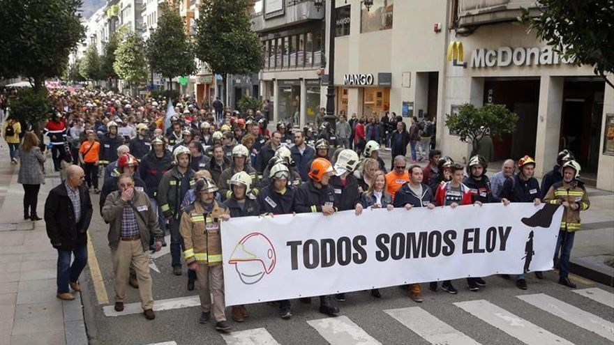 Bomberos de toda España se manifiestan por su compañero fallecido en Oviedo