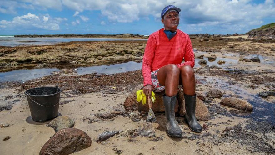 Primeras playas alcanzadas por derrame de crudo son liberadas en Brasil
