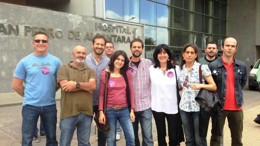 Reunión mantenida con trabajadores del SES a las puertas del Hospital San Pedro de Alcántara, en Cáceres / Podemos