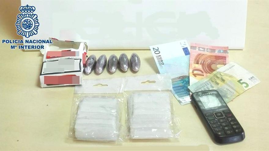La Policía intervino a los detenidos cinco cápsulas de hachís y 35 euros en efectivo.
