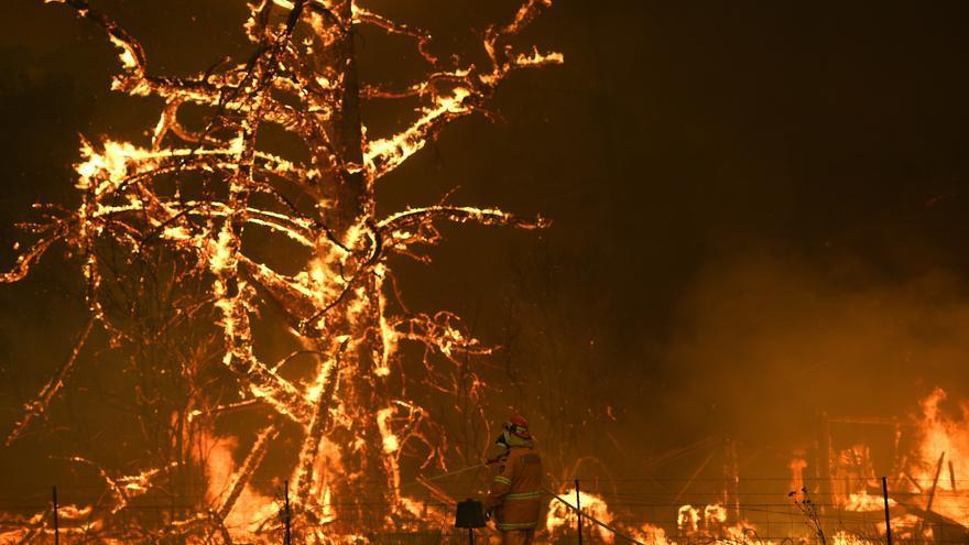 Un bombero intenta sofocar un incendio en Bilpin, Australia
