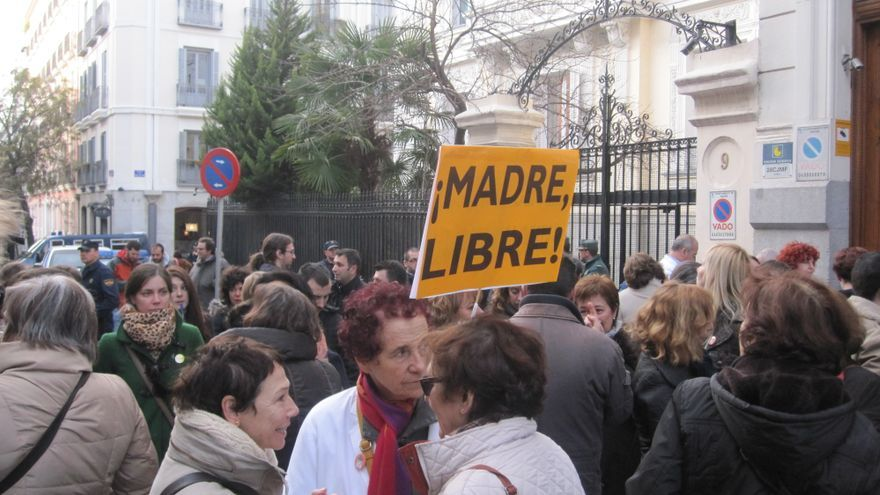Unas 200 personas piden 'asilo sanitario' a la embajada de Francia contra la reforma de la Ley del Aborto. Vanessa Pi