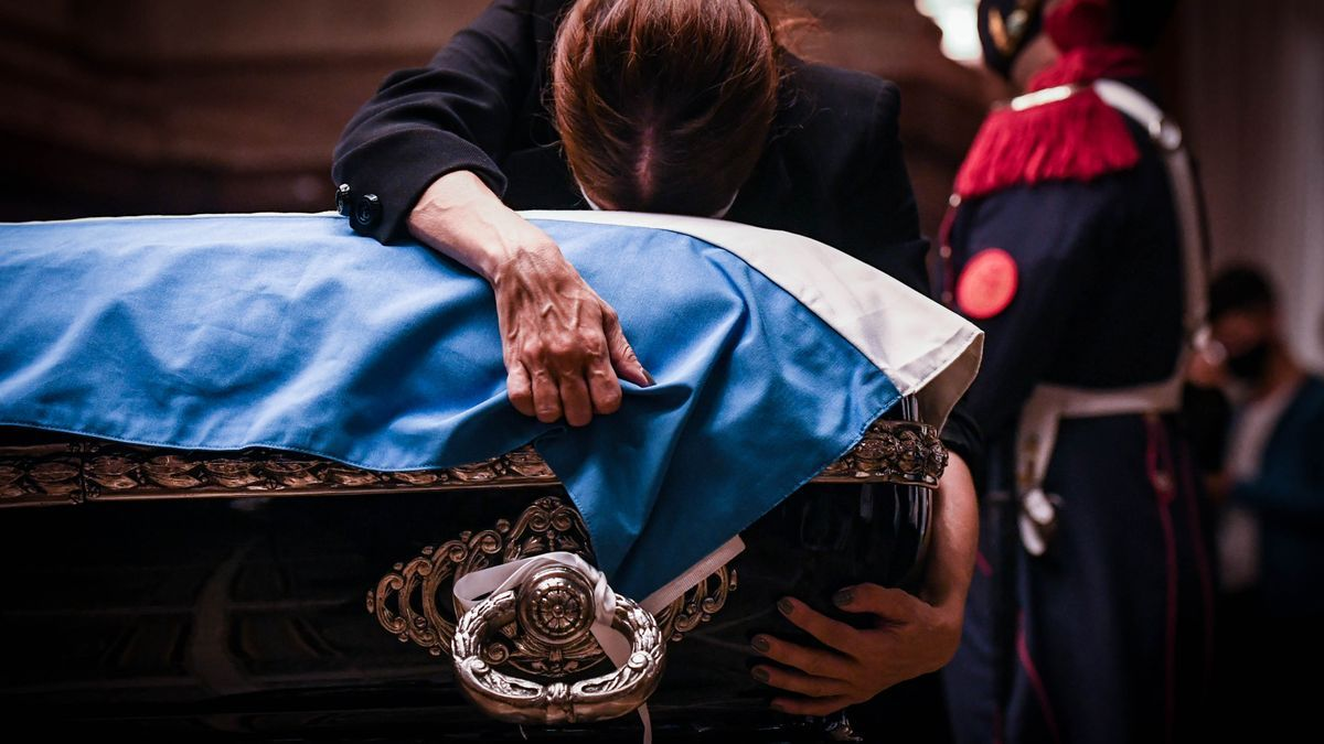 Zulemita Menem despide, desconsolada, los restos de su padre.
