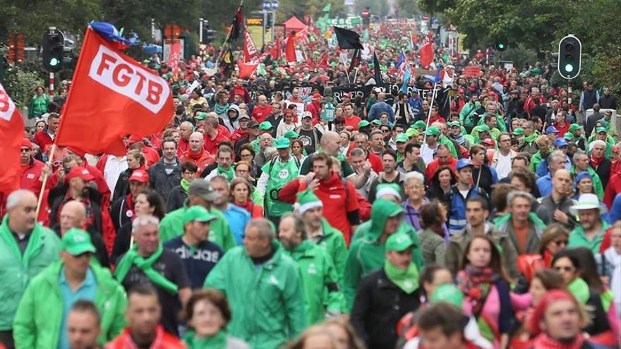 Decenas de miles de personas se manifiestan en Bruselas contra la austeridad
