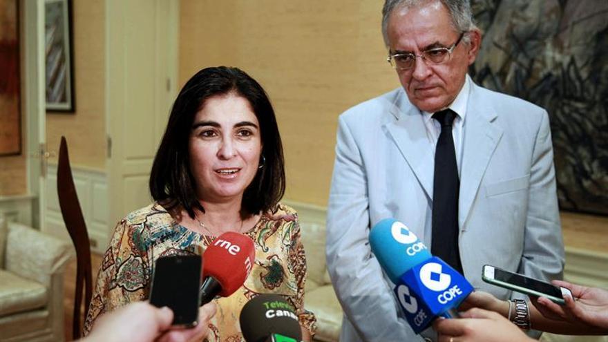La presidenta del Parlamento de Canarias, Carolina Darias, realiza declaraciones a los medios de comunicación tras la reunión que ha mantenido hoy con el Comisionado de transparencia, Daniel Cerdán. (Efe/Cristóbal García).