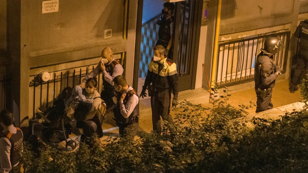 Los Mossos expulsan a Ruth Rebeca y sus hijos del edificio, en Ciutat Meridiana