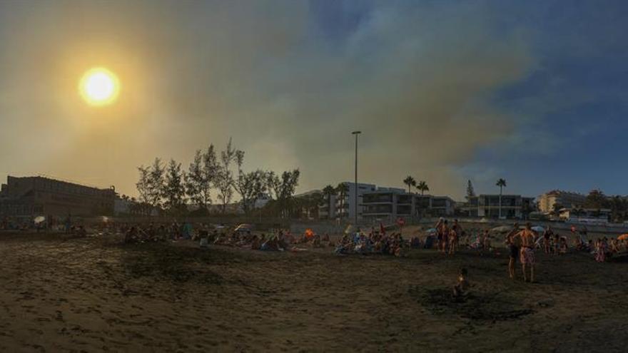 Vista panorámica de una nube de humo procedente del incendio de Gran Canaria sobre las playas del sur de la isla. EFE/José María Rodríguez