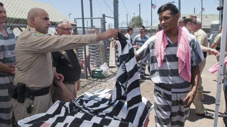 Los presos reciben un nuevo uniforme con la bandera de EEUU en un acto ante la prensa en la cárcel en julio de 2016.