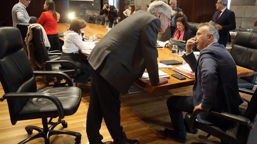El presidente de Canarias, Ángel Víctor Torres (d), conversa con el consejero de Administraciones Públicas, Julio Pérez. EFE/ Cristóbal García