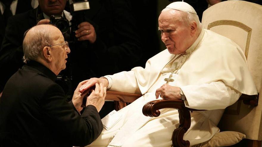 Juan Pablo II, bendiciendo a Marcial Maciel