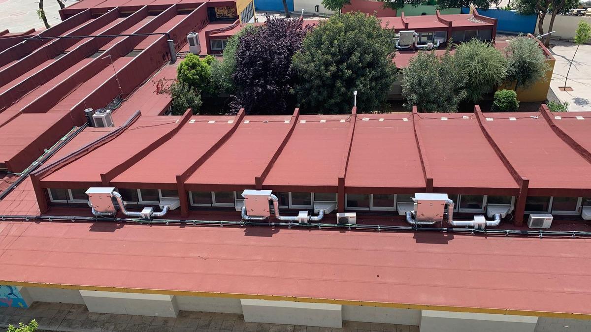 Azotea de uno de los colegios con los aparatos instalados pero no conectados a la red eléctrica.