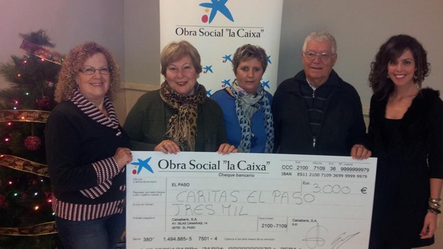 En la imagen, un momento del acto de entrega de la donación de 3.000 euros a Cáritas de El Paso.