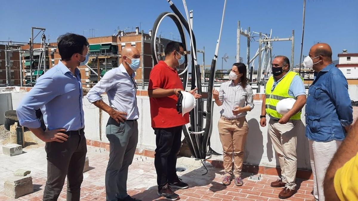 La delegada de Fomento, Infraestructuras y Ordenación del Territorio de la Junta en Córdoba, Cristina Casanueva, visita las obras de rehabilitación de un edificio en la calle Pintor Losada.