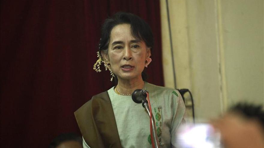 La opositora birmana Aung San Suu Kyi llega a Seúl para una gira de cinco días
