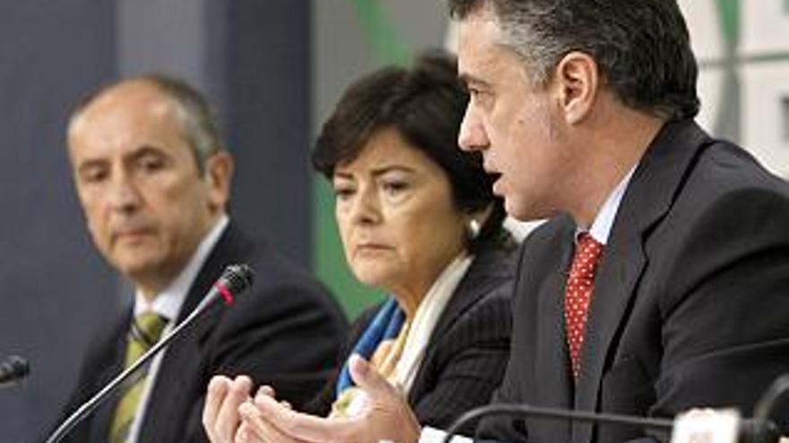 Belén Greaves, en el centro, con Josu Erkoreka e Iñigo Urkullu en 2009