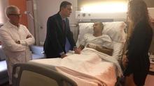 El presidente Pedro Sánchez visita a un policía herido en el Hospital Sagrat Cor
