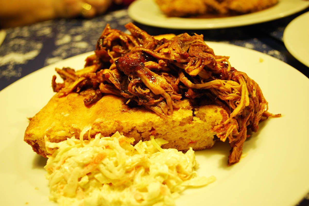 Cerdo en salsa barbacoa con pan de maíz_Malasaña a mordiscos