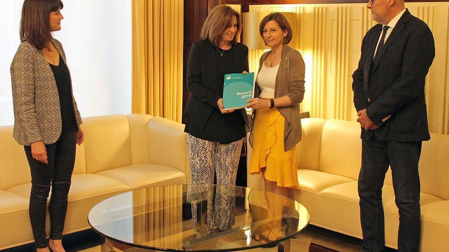 La presidenta de la GAIP, Elisabet Samarra, entrega la memoria de 2016 a la expresidenta Forcadell