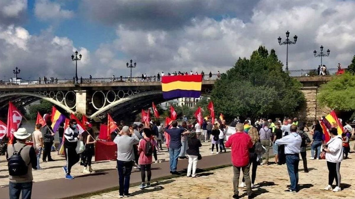 Acto por la república celebrado el pasado 17 de abril en el Muelle de la Sal y el puente de Triana.