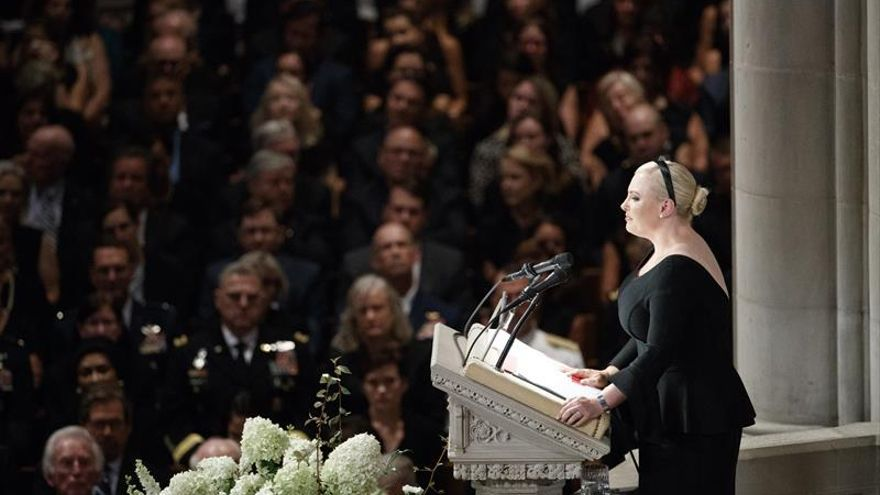 """Meghan McCain reivindica """"la grandeza"""" de EE.UU. en el funeral de su padre"""