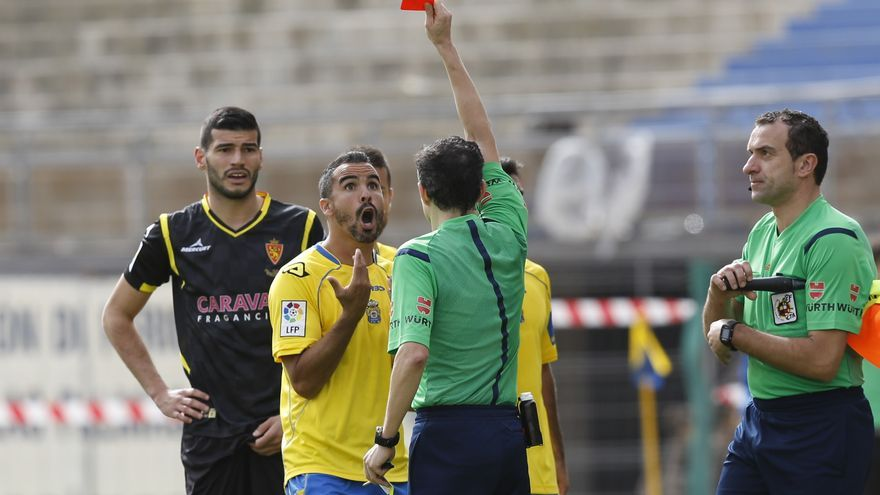 Piñeiro Crespo sacándole tarjeta a Ángel López. FOTO: Carlos Díaz Recio/www.udlaspalmas.es
