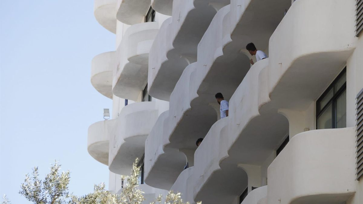 Estudiantes asomados a sus habitaciones