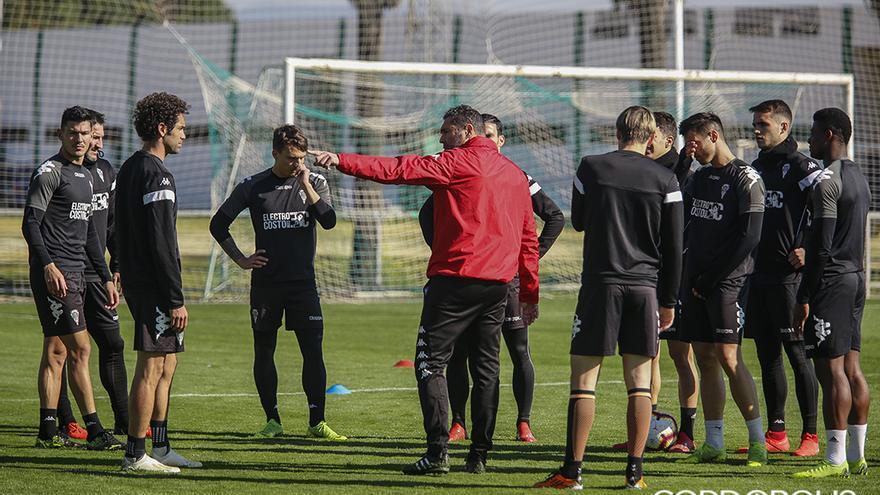 Rafa Navarro da instrucciones a sus jugadores en un entrenamiento | ÁLEX GALLEGOS