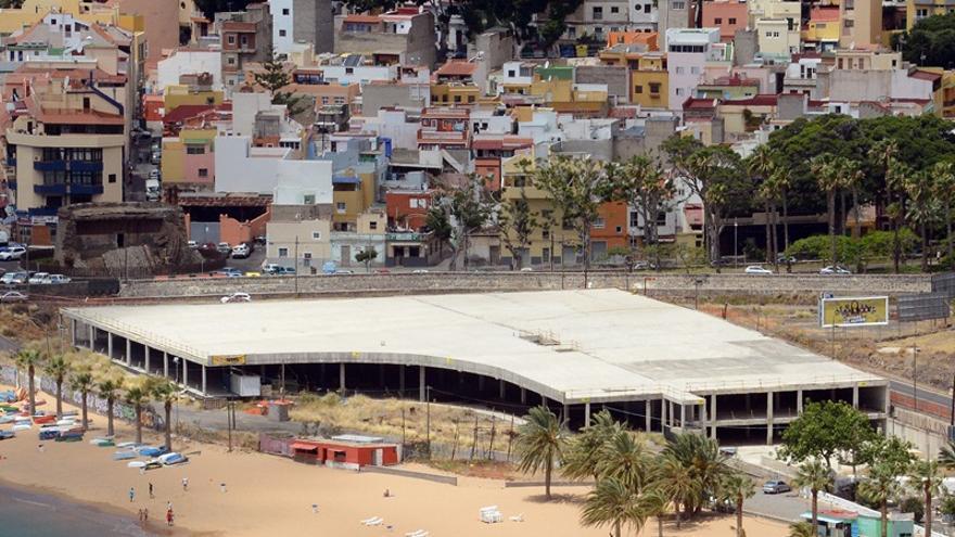 Estructura sin terminar de los aparcamientos proyectados en la playa de Las Teresitas, el objeto del derribo