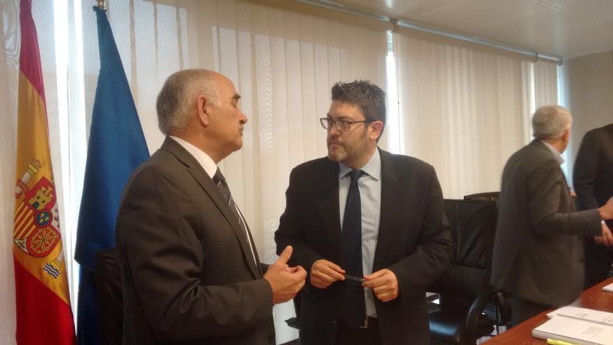 Miguel Sánchez y Alberto Garre conversando durante una pausa de la primera jornada de la comisión