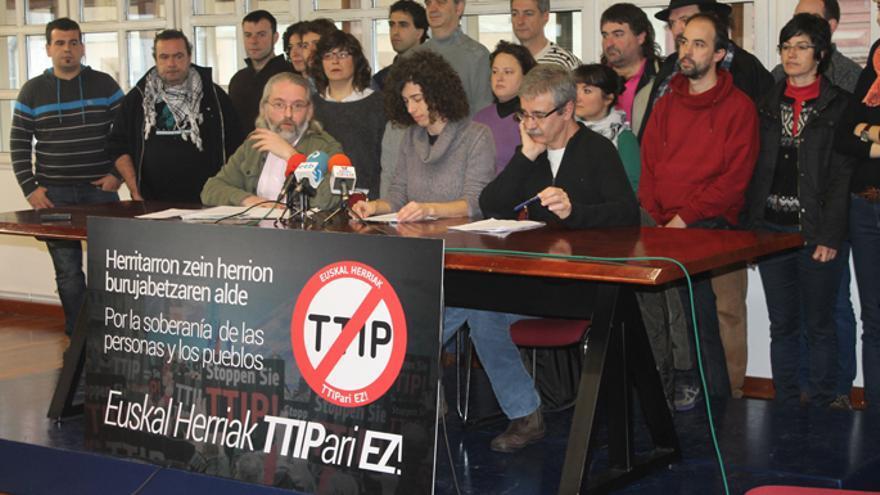 Miembros del movimiento contrario al TIPP en la presentación de la campaña en Bilbao.  (Foto de Unai Brea -ARGIA-).