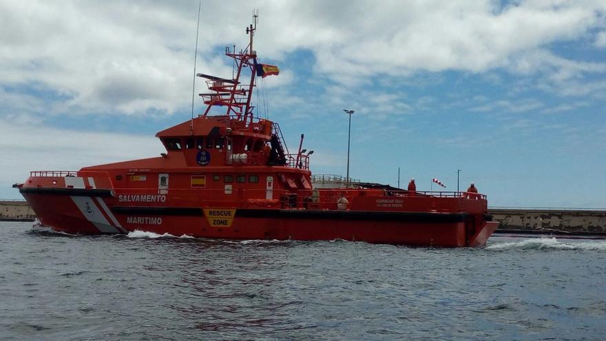 Salvamento rescata a nueve migrantes de una patera a 100 kilómetros Gran Canaria