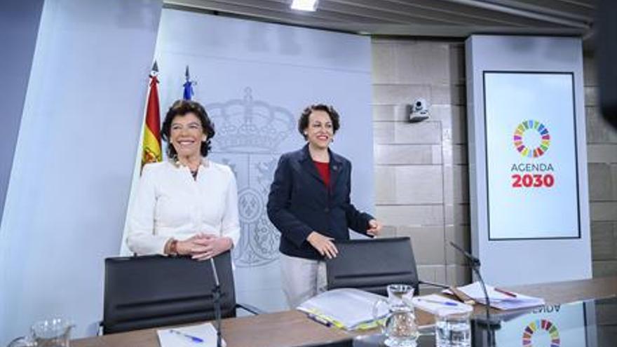 La portavoz del Gobierno de España en funciones, Isabel Celaá, y la ministra de Trabajo, Magdalena Valerio