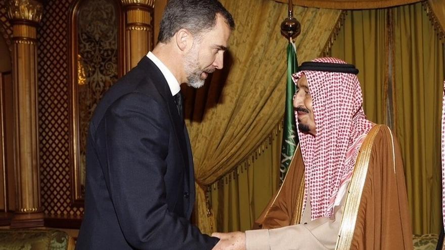 El rey saluda al monarca saudí Salmán en un encuentro anterior.