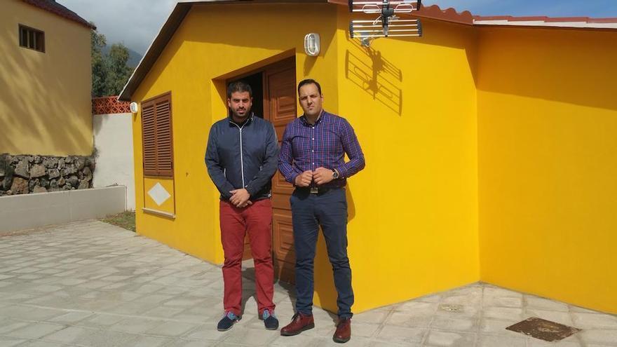 El alcalde, Jonathan Felipe (d), y el concejal de Obras, Borja Perdomo, en el local social de Las Ánimas.