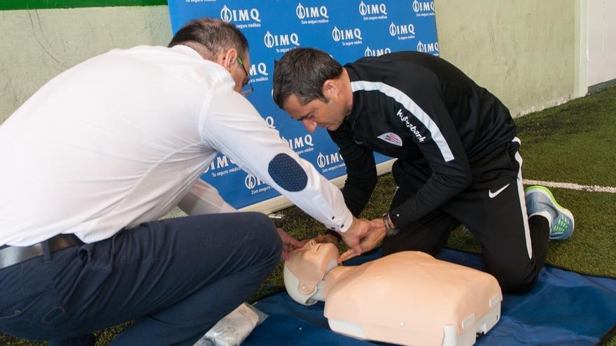 La plantilla del Athletic Club de Bilbao aprende a realizar reanimación cardiopulmonar