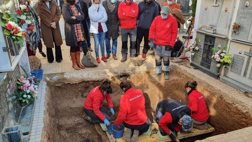 Se encuentran restos humanos en la segunda fosa del cementerio de Gandia donde se prevé exhumar 63 fusilados del franquismo