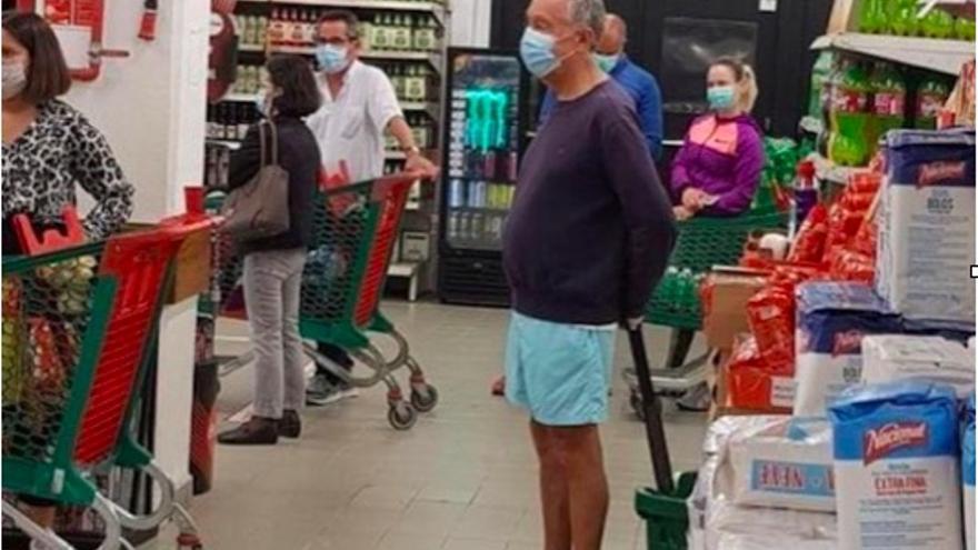 Marcelo Rebelo de Sousa, presidente de Portugal, haciendo la compra en un supermercado de Lisboa.