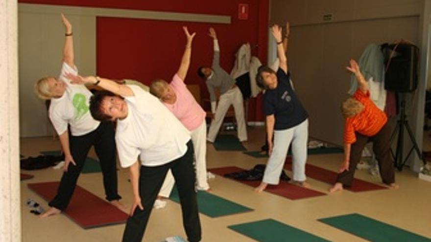 Mayores Realizando Ejercicios De Yoga