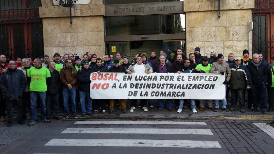 Trabajadores de Bosal Sagunto concentrados a las puertas del Ayuntamiento de Sagunto