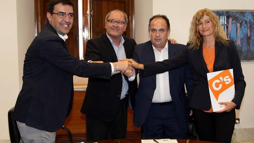 Firma del acuerdo entre PSOE y Ciudadanos en el Parlamento de Andalucía.