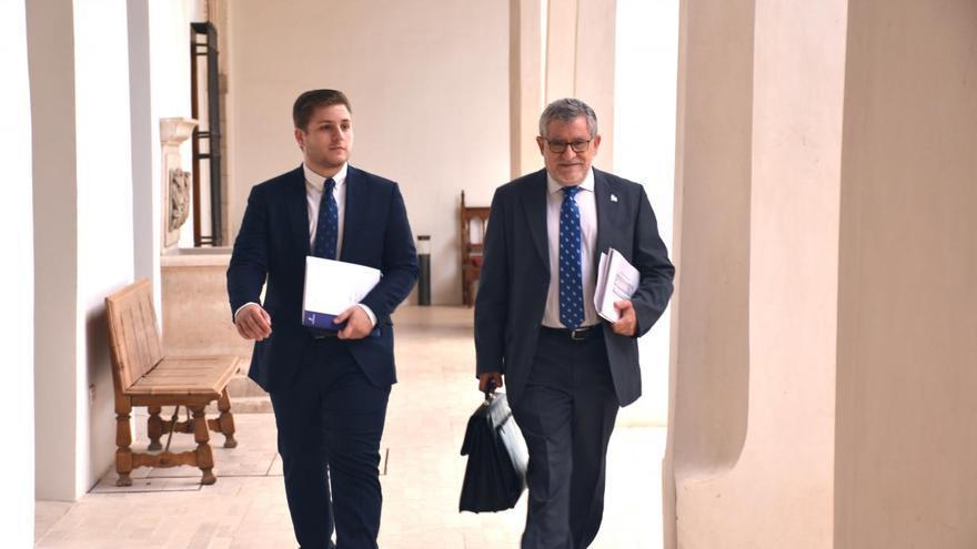 Nacho Hernando junto al consejero de Educación, Ángel Felpeto a su llegada hoy a la rueda de prensa