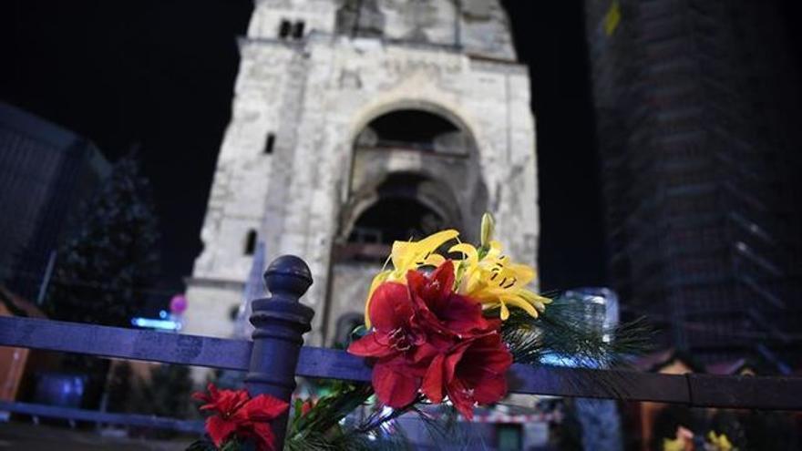 Ramo de flores, en el lugar del atentado con camión en Berlín