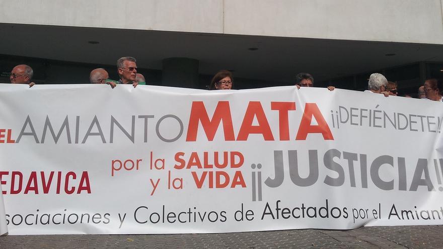 Afectados y familiares se concentraron en los juzgados de Sevilla por la demanda colectiva contra Uralita por los daños del amianto.