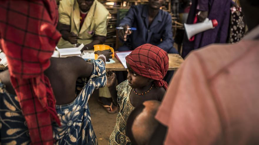 Para evitar que miles de niños lleguen a padecer la enfermedad, los equipos de MSF han llevado a cabo un programa de quimioprevención de la malaria estacional en Níger. Este nuevo enfoque basado en la prevención, puede llegar a reducir los casos de malaria hasta en un 80%. Una madre recoge una de las dosis que forman parte del tratamiento. Fotografía: Juan Carlos Tomasi