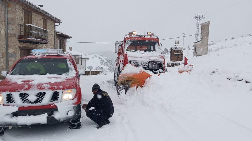Los equipos de emergencia trabajan para retirar la nieve de las carreteras
