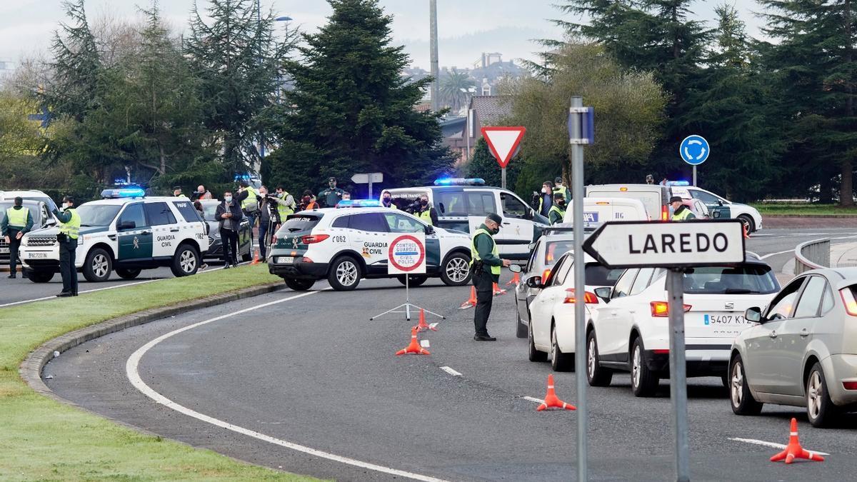 Control de la Guardia Civil en Laredo en el primer día de cierre perimetral del municipio.