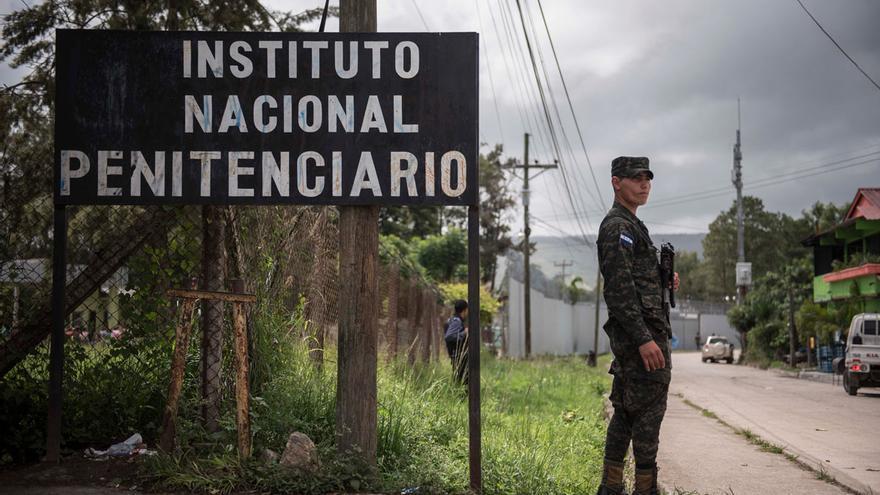 Militares resguardan la Penitenciaria Nacional Femenina de Adaptación Social (PNFAS), Honduras.