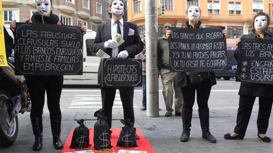 Afectados por la claúsula suelo durante una protesta organizada contra los abusos hipotecarios de la banca. (EFE)